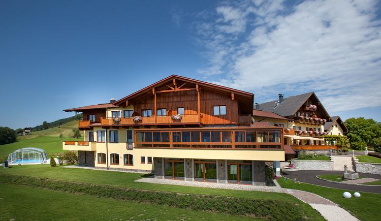 seitlicher Blick aufs Haus mit Pool. (© Leidingerhof)