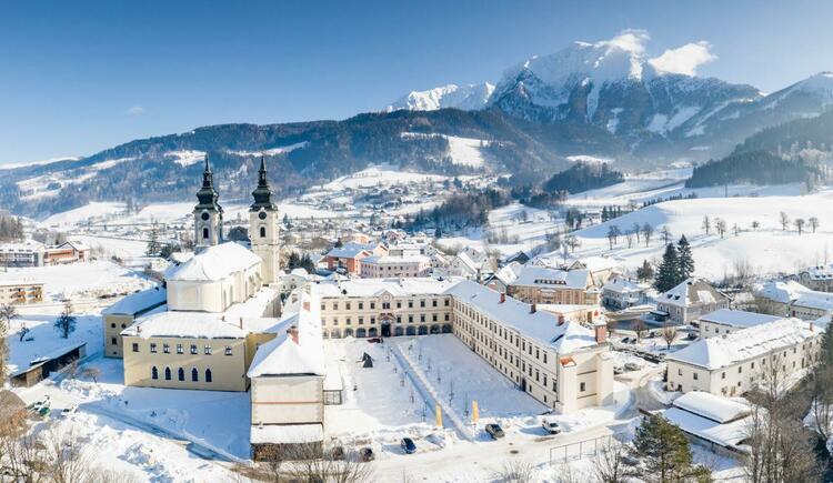 hotelansicht-jufa-hotel-pyhrn-priel-berge-winter-1