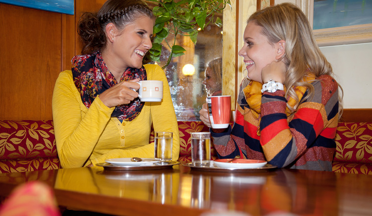Café Konditorei Kern, Gute Laune bei Tisch. (© Stadtmarketing PERG)