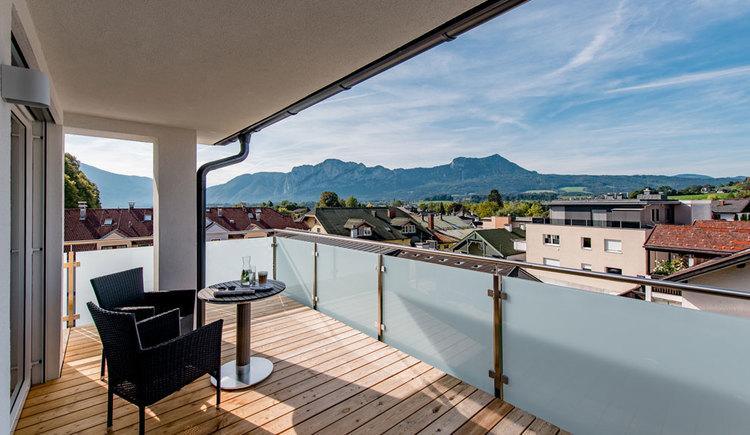 Ausblick von einem Balkon des Hotels auf die Berge
