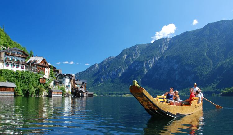 a fully occupied flatboat on the lake in front of Hallstatt. (© Kraft Hallstatt)