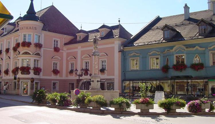 Windischgarstens Marktplatz umgeben von schmucken Herrenhäusern,  gemütlichen Cafés und zahlreichen Einkaufsmöglichkeiten... (© Pyhrn-Priel Tourismus GmbH)