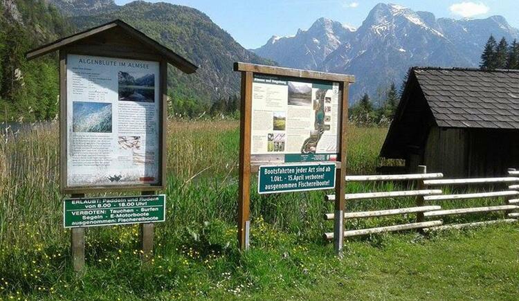Infotafeln am Almsee (© Gisela Eder)