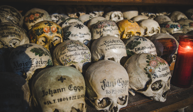 In the bone house of Hallstatt you Can find about 1200 skulls. (© Edwin Husic)
