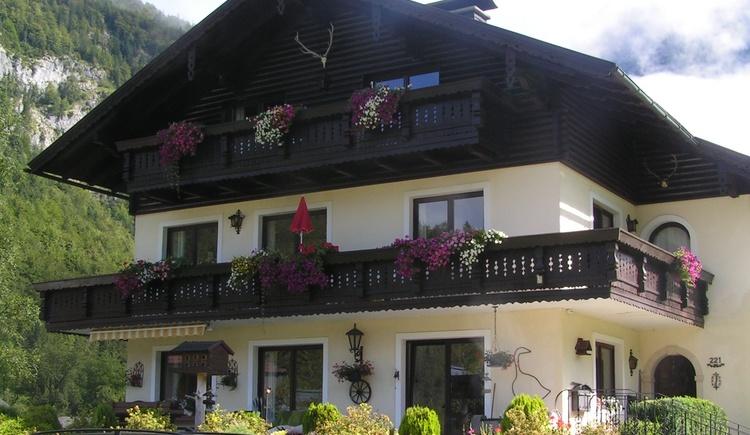 Ansicht des Hauses im Sommer mit Blumenschmuck. (© Abel Gans)