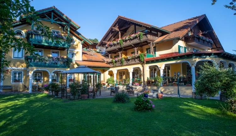 Frontansicht Landhotel Waldmühle in der Region Attersee Attergau. Landhotel am Waldrand 3km vom Attersee entfernt .