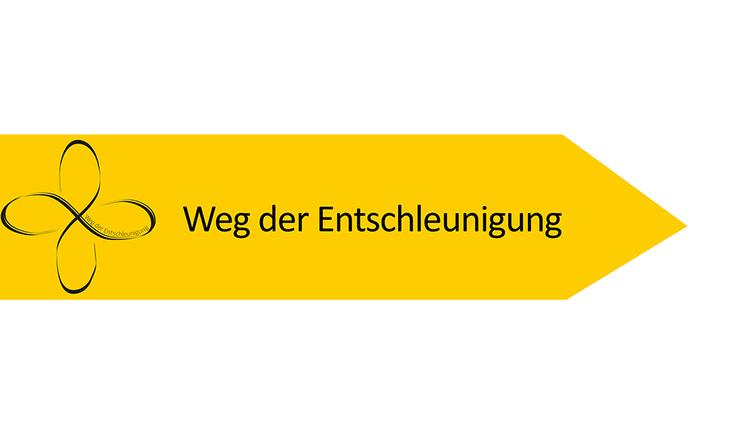Gelbes Hinweisschild mit dem Symbol des Weges der Entschleunigung. (© Ferienregion Böhmerwald)