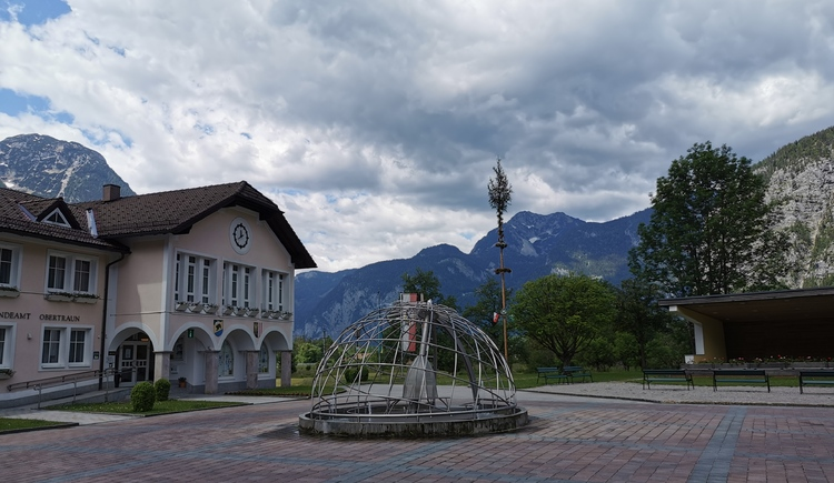 The municipal square in Obertraun with its fountain and music pavilion is a popular meeting place for young and old. (© Ferienregion Dachstein Salzkammergut)