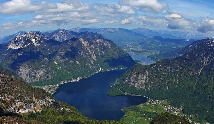 Von der Aussichtsplattform 5fingers am Dachstein Krippenstein, können die faszinierende Bergwelt und der mysteriöse Hallstättersee aus der Vogelperspektive betrachtet werden.