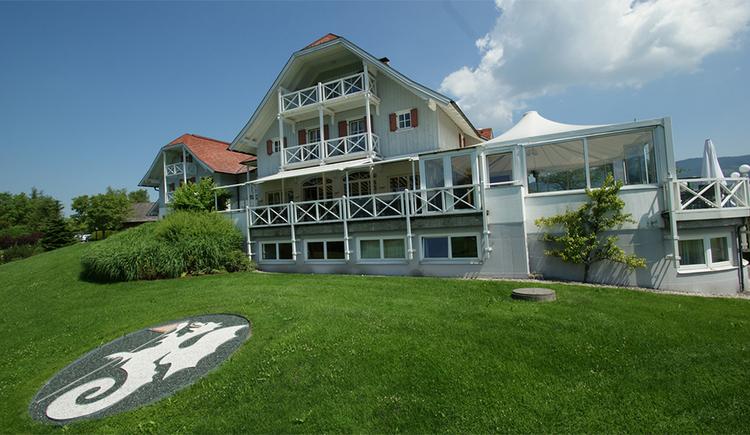 Blick auf die Villa, im Vordergrund eine Wiese. (© Hotel Villa Drachenwand)