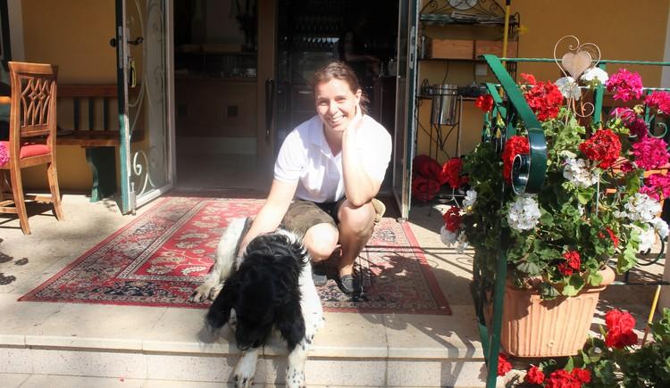 Gastgeberin Marlene mit dem Hund