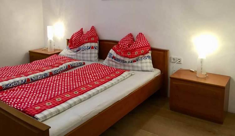 Schlafzimmer mit Doppelbett und Nachtkästchen