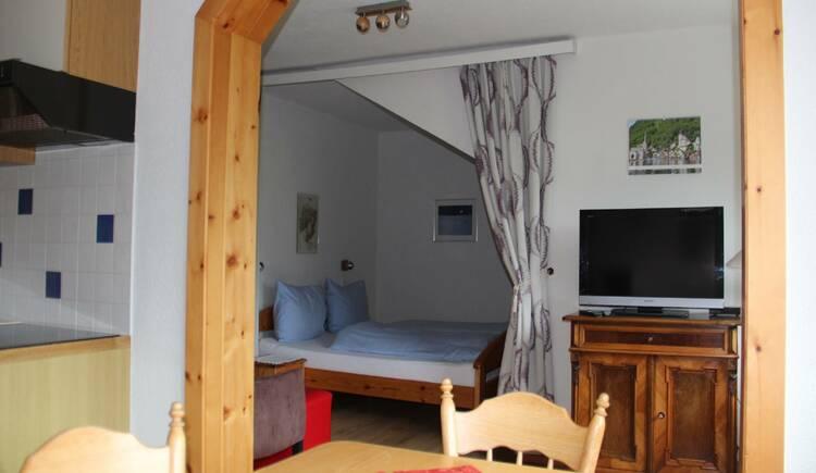 Wohn,- und Schlafzimmer in der Ferienwohnung Gosaukamm. (© Laserer)