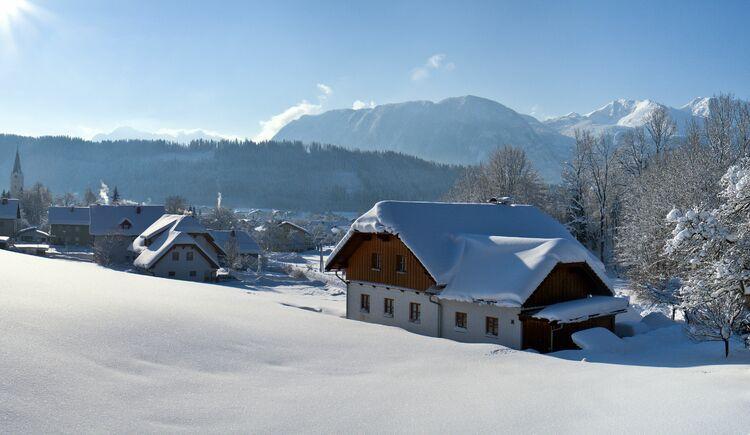 Gegenlichtpanorama Windischgarsten winterlich (© TVB Pyhrn-Priel/Bruno Sulzbacher)