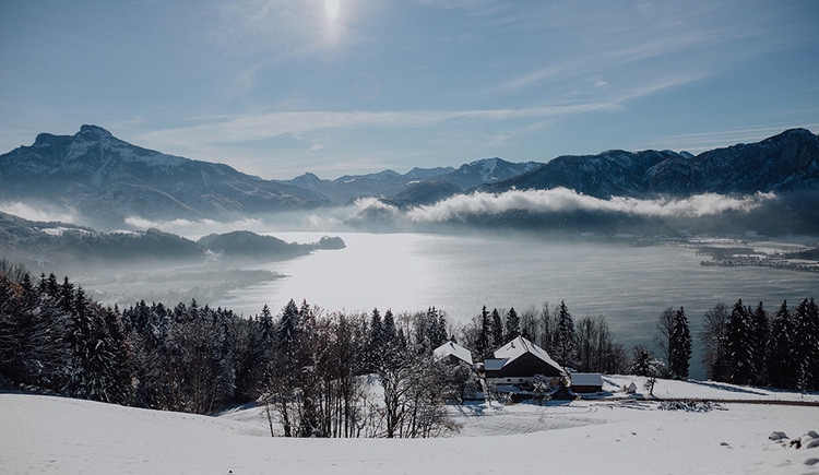 The glittering surface of the Mondsee seen from the Mondseeberg on a sunny winter day. (© TVB Mondsee-Irrsee)