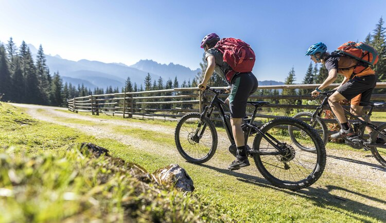 After an invigorating alpine snack, the mountain bike trails of the Salzkammergut are back in full swing. (© WOM Medien GmbH Andreas Meyer)