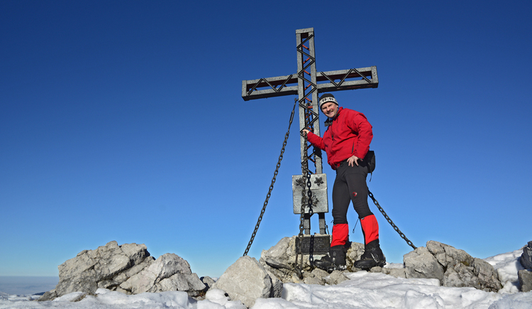 Person beim Gipfelkreuz. (© Herbert Benedik)