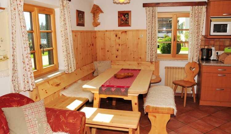 Essecke im Ferienhaus aus Zirbenholz. (© seekda)