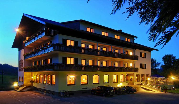 Blick auf das Hotel bei Dämmerung, Licht scheint aus jedem Fenster. (© Seehotel Pöllmann)