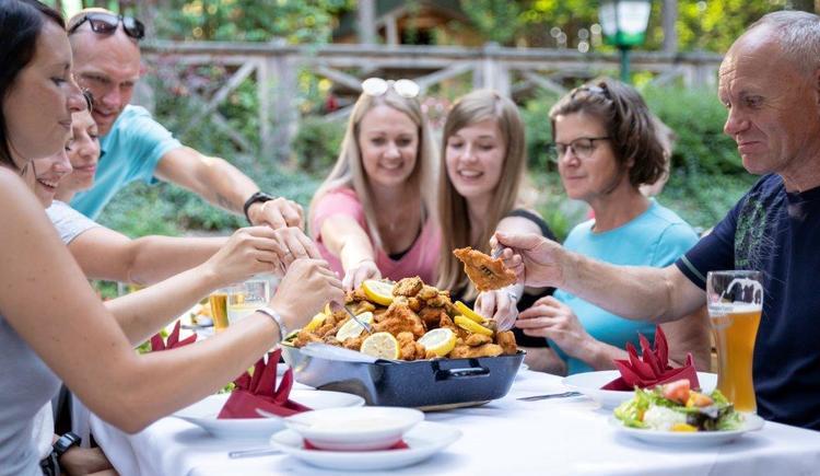 gemütlich Essen im Gastgarten (© Baumkronenweg Kopfing, OÖ)