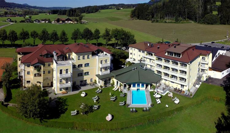 Luftaufnahme: Blick auf das Hotel, Pool, Bäume, Landschaft. (© Sperr-Lehrl)