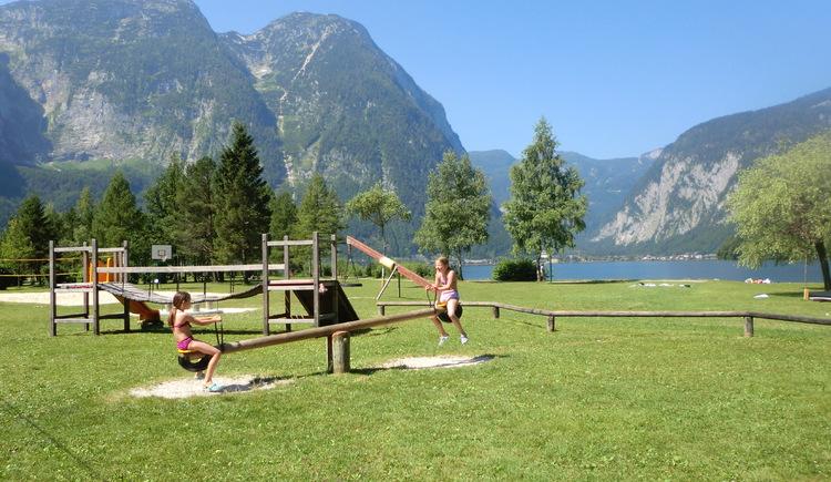 Zwei Mädchen haben jede Menge Spaß beim Schaukeln. (© Ferienregion Dachstein Salzkammergut)
