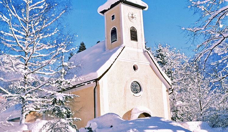 Kirche von Obertraun im Winter. (© Tourismusverband Inneres Salzkammergut)