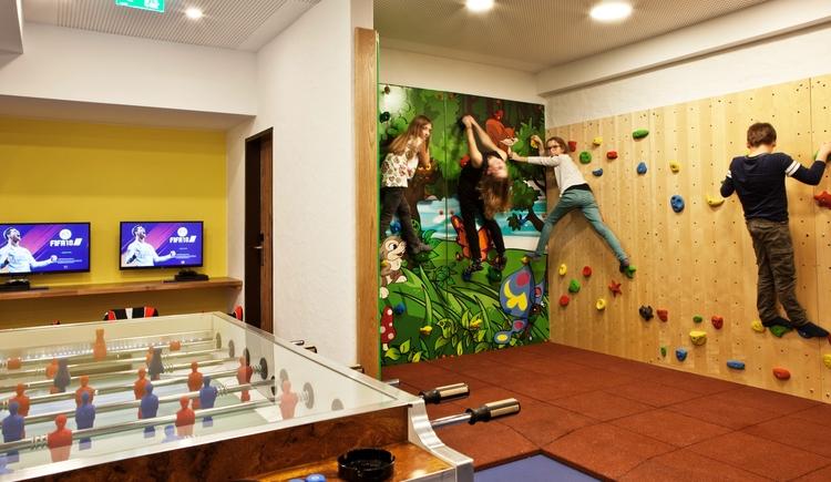 In unserem Teenieraum kommen Kinder und jung gebliebene beim Tischfußball oder Airhockey zusammen. (© Hotel Sommerhof e. U.)