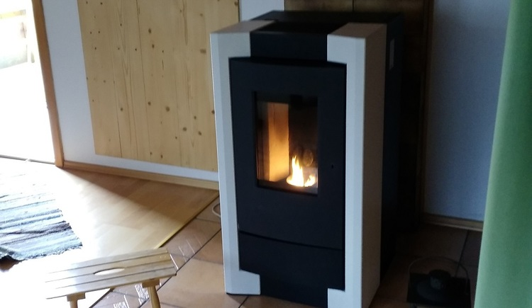 In the living room of the holiday bungalow in Gosau, a pellets stove creates a warm and cosy atmosphere.
