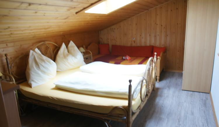 Das Mansardenschlafzimmer der Ferienwohnung Gosaukamm hat einen besonderen Charme. (© Manuela Sommerer)