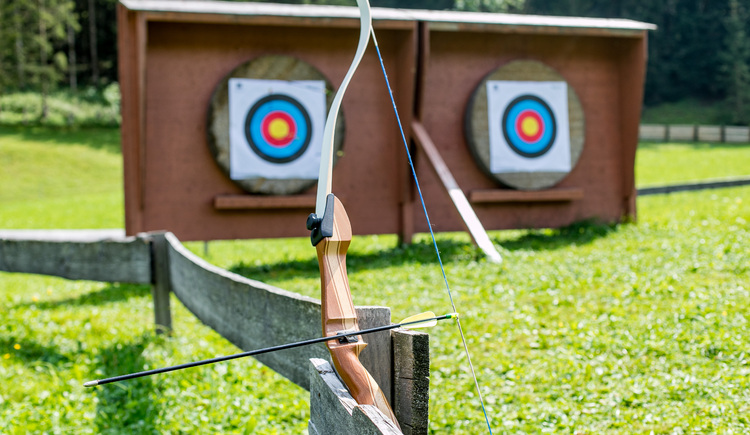 You can try out archery right in our garden. (© Vitalhotel Gosau)