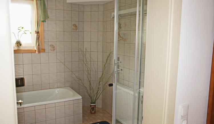 Die Ferienwohnung Gosaukamm ist mit einem hellen und freundlichen Badezimmer ausgestattet. (© Manuela Sommerer)