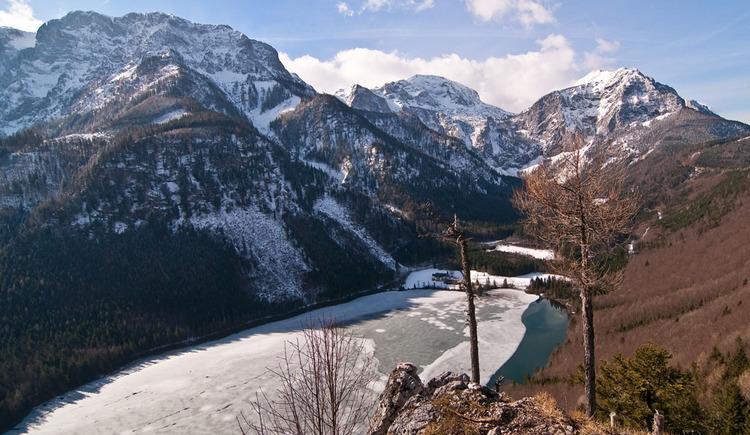 Blick auf den Vorderen Langbathsee. Auf der linken Seeseite verläuft die Loipe. (© Gerhard Spengler)