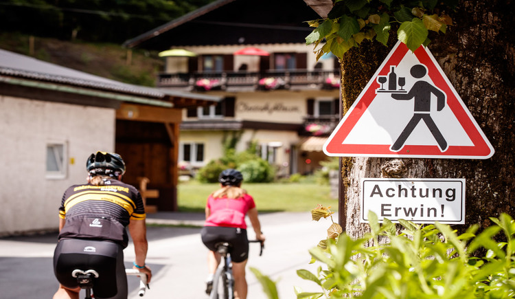\nA refreshment point is the Weissenbachwirt in front of the Chorinskyklause. Between the inn and the guesthouse leads the Gravelbikestrecke.
