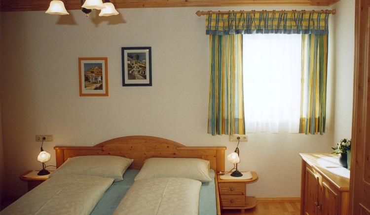 Doppelzimmer mit einem großen Bett. (© Klammer)