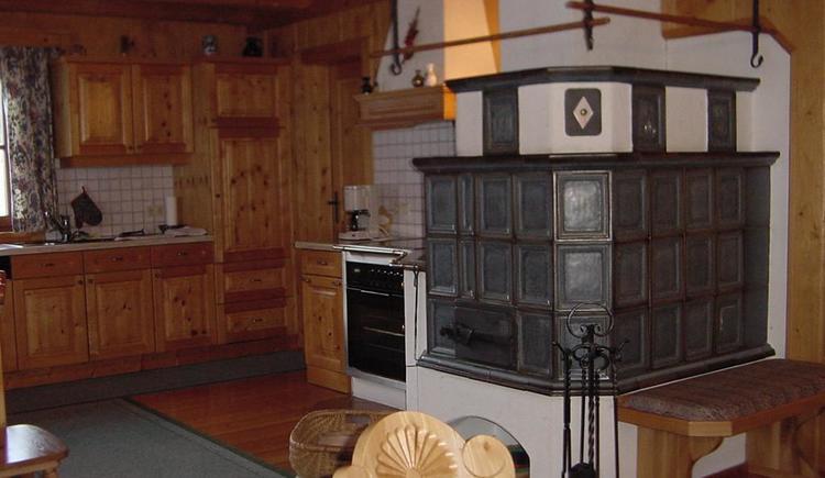 Kachelofen und Küche im Bio-Blockhaus Koglerhütte (© Bio-Blockhaus Koglerhütte)
