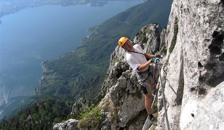 Tiefblick auf den Traunsee und Gmunden (© www.bergsteigen.com)