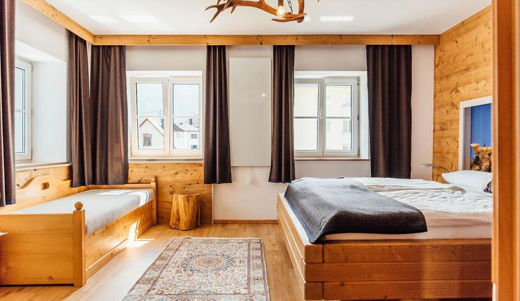 Doppelzimmer mit extra Bett Top 1 (© www.traunseehotels.at)