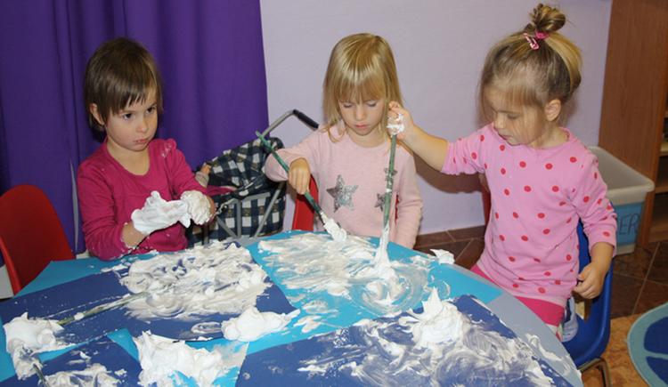 Kinder beim Malen. (© Familienbundzentrum Mondsee)