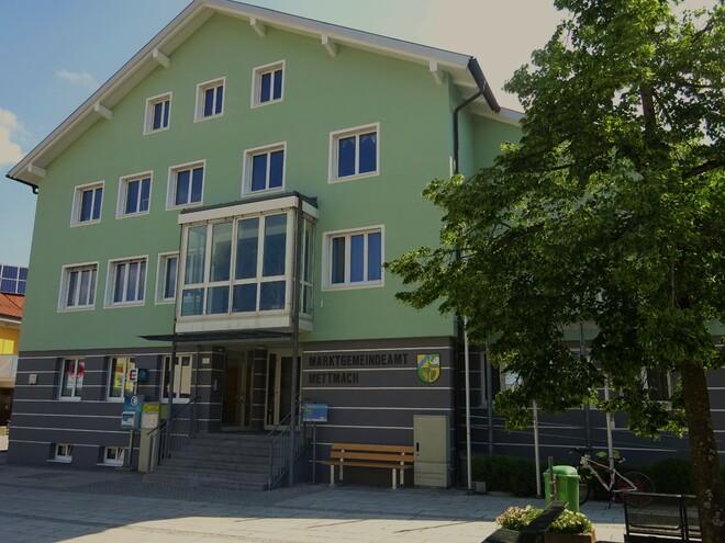 Mettmacher Platzl 'Gemeindewesen in Mettmach' vor dem Gemeindeamt (© Kettl Karl)