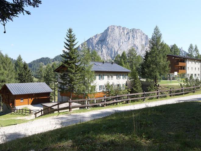 Haupt- und Nebenhaus mit Stubwies (© Land OÖ./Schauer/Liedl)
