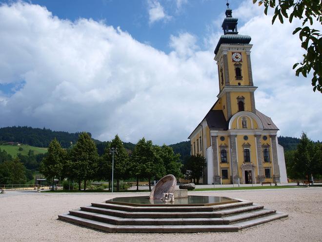 Stiftskirche mit Brunnen (© Manfred Hinterdorfer)
