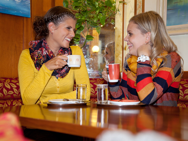 Damen in der Café-Konditorei Kern (© Stadtmarketing PERG)