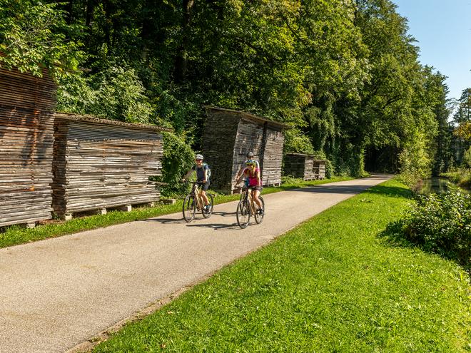 Gmunden_am_Traunsee__Radfahrer_vor_Schloß_Orth.jpeg (© OÖ.Tourismus/Weissenbrunner)