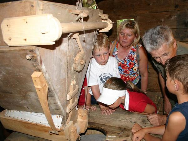 The Mill clatters...(Children´s programme)