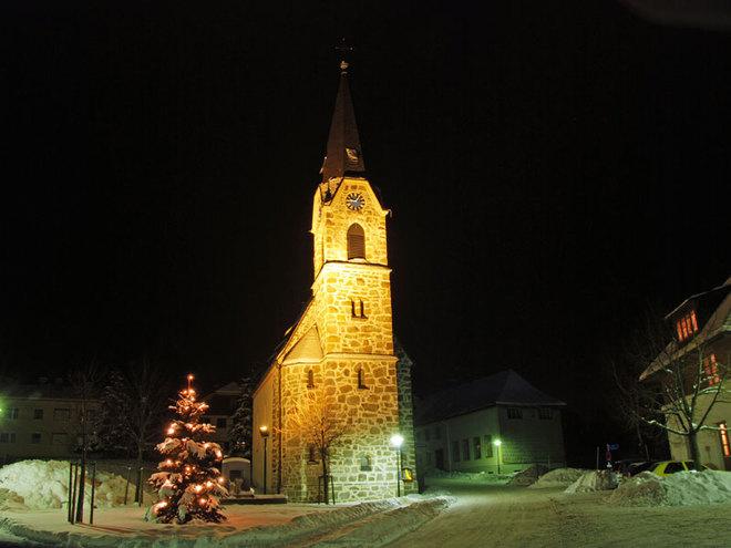 Kirche im Winter und bei Nacht von St. Konrad