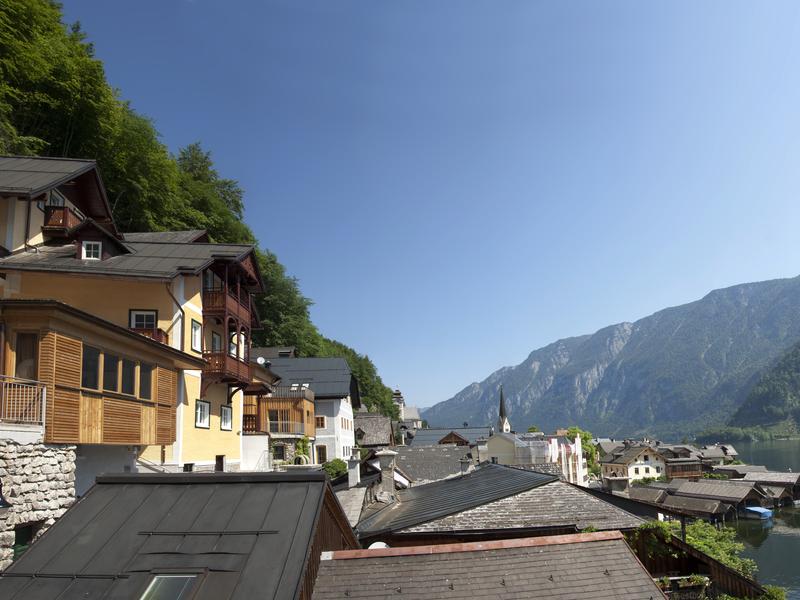 Das Heritage Hotel Haus Seethaler liegt in luftiger Höhe mit wunderschönem Blick auf den Hallstättersee und das Dachsteinmassiv.
