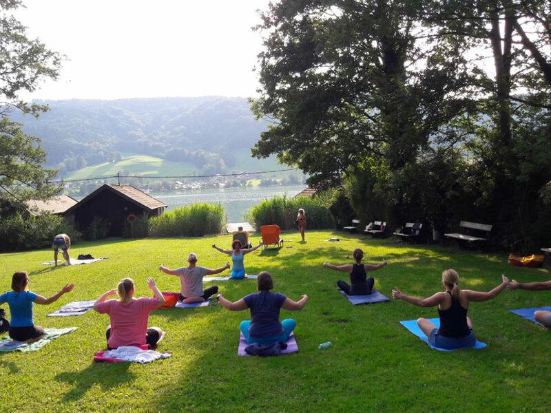 Yoga am Irrsee mit Birgit und Monika