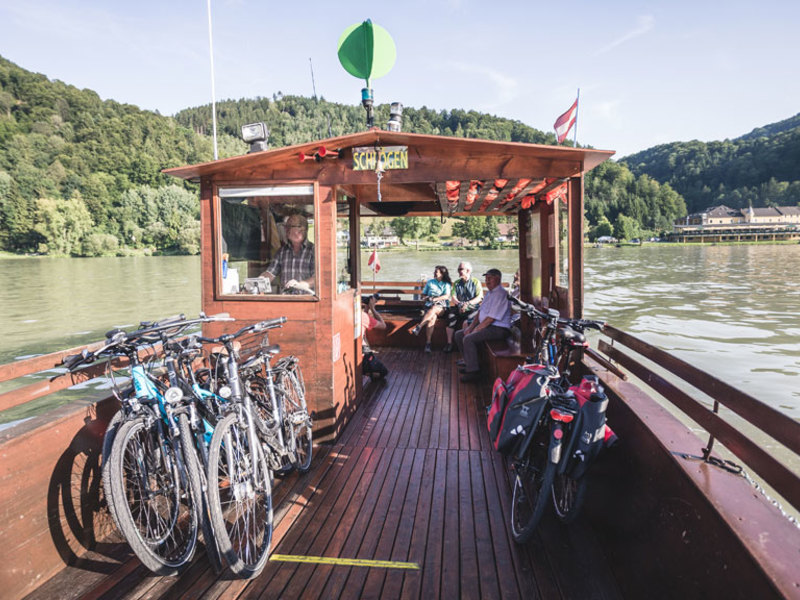 Mit der Donau-Radfähre in Schlögen