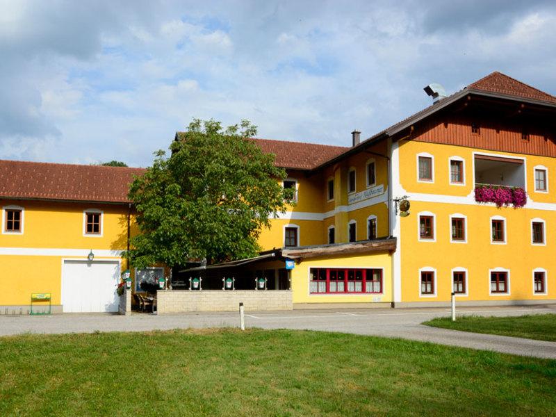 Frontansicht Landgasthof Nussbaumer in Reichthalham Zimmer und Gasthof mit regionalen Spezialtiäten.